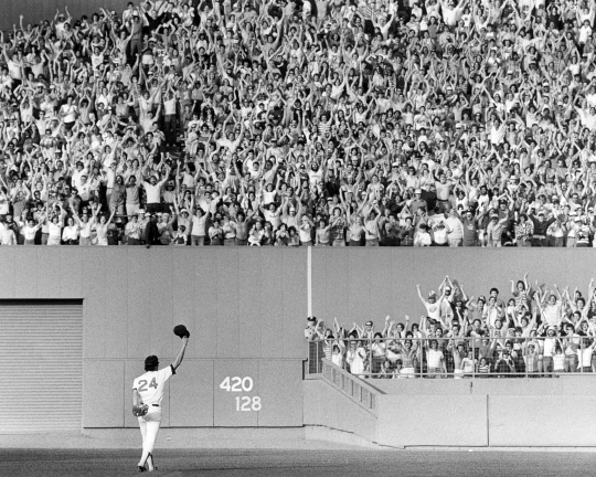 Dwight Evans Waves to Crowd